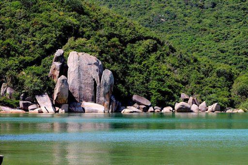 Vẻ đẹp biển Sơn Đừng với dòng nước trong xanh