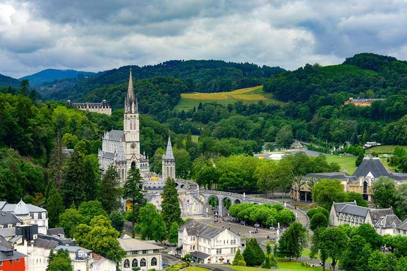 Lourdes thành phố nổi tiếng là địa điểm du lịch hành hương nổi tiếng nhất Châu Âu